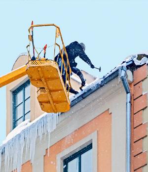 Удаление сосулек и наледи с крыши
